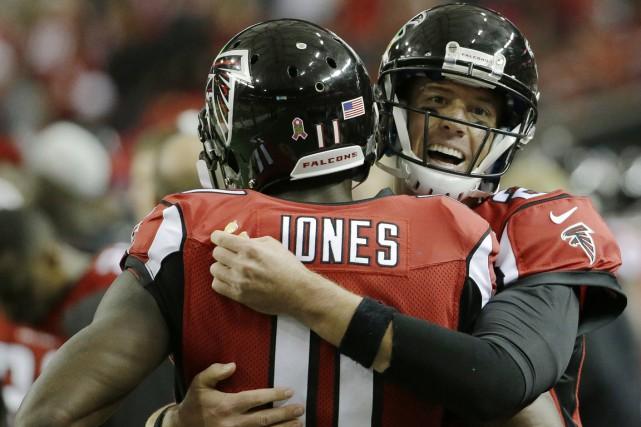 Matt Ryan et Julio Jones s'amusent à découper... (Photo: Associated Press)