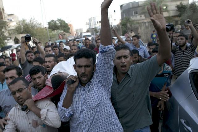 Des Palestiniens transportent le cors d'un homme de... (Photo: AP)