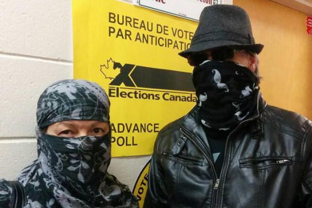 Des électeurs ont voté par anticipation le visage... (Photo tirée de Facebook)
