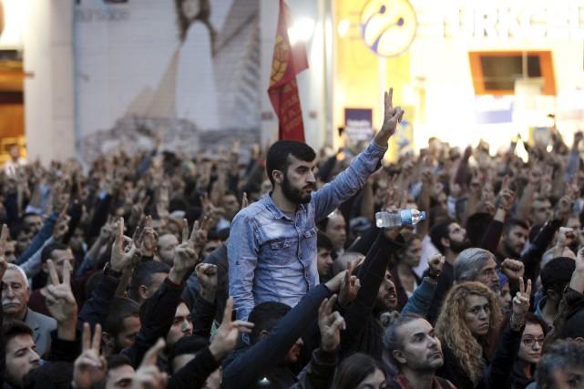 Des gens sont descendus dans les rues d'Istanbul... (Photo Osman Orsal, Reuters)