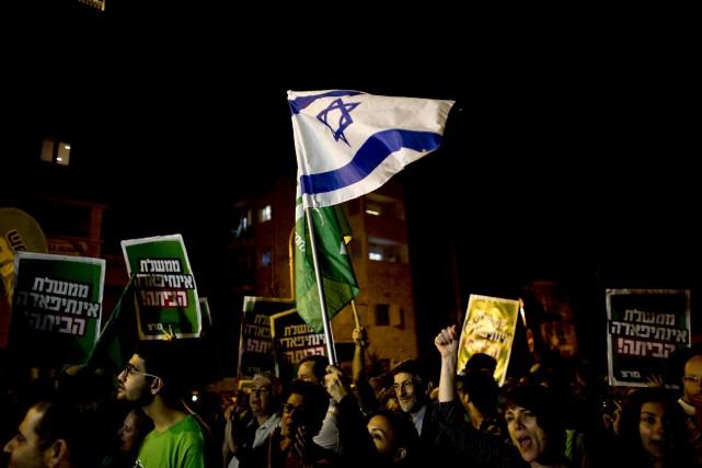 Des manifestants israéliens de gauche accusent Israël d'être... (Photo Ronen Zvulun, Reuters)