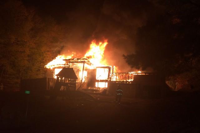 Les flammes ont complètement détruit le 32, chemin... (Courtoisie, Sécurité publique de la MRC des Collines-de-l'Outaouais)