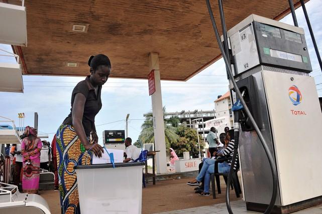 Une électrice dépose son bulletin de vote sur... (PHOTO CELLOU BINANI, AFP)