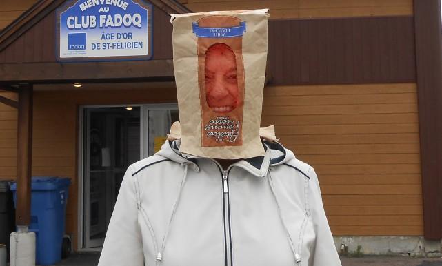 Voile, sac de patates, habit de camouflage : certains électeurs ont protesté... (Photo Courtoisie)
