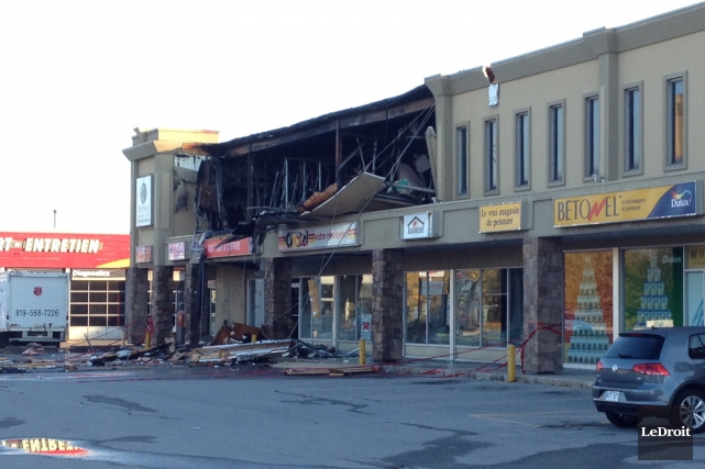 Un bâtiment commercial a été la proie des flammes, dans la nuit de dimanche... (Étienne Morin, LeDroit)