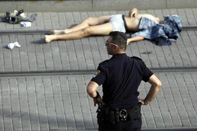 L'un des Palestiniens, qui a poignardé deux jeunes... (PHOTO AHMAD GHARABLI, AFP)