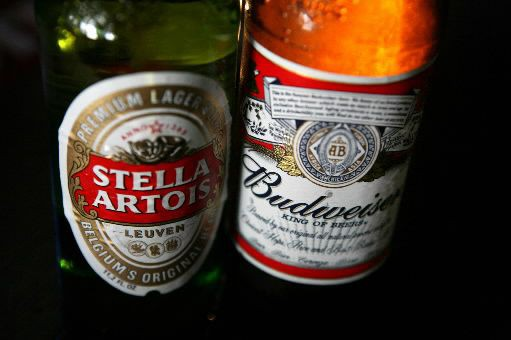 La Stella Artois et la Budweiser sont brassées... (PHOTO ARCHIVES BLOOMBERG)