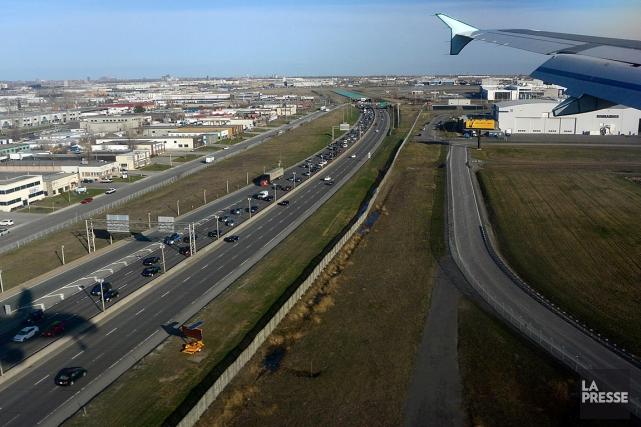 Sur la photo, une vueaérienne de l'autoroute 13... (Photo Bernard Brault, archives La Presse)