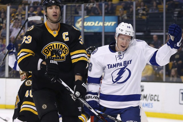 Steven Stamkos a obtenu un 500e point quand son filet en avantage numérique a... (Photo AP)