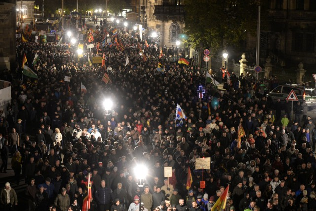 Des partisans du mouvement Pegida (acronyme de «Patriotische... (Photo ROBERT MICHAEL, AFP)