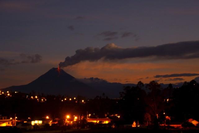 Le volcan équatorien Tungurahua répand de larges nuages... (Photo Carlos Campana, Reuters)