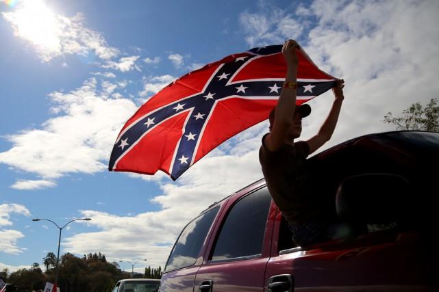Un homme brandit un drapeau confédéré à Roseburg,... (Photo Ryan Kang, archives AP)