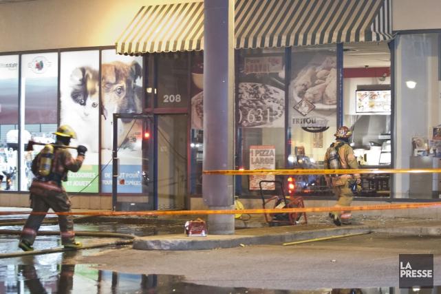 Un objet incendiaire lancé dans la vitrine d'une pizzéria en début de journée,... (PHOTO FÉLIX O.J. FOURNIER, COLLABORATION SPECIALE)
