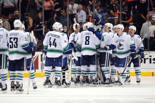 Les joueurs des Canucks célèbrent après leur victoire... (Photo Gary A. Vasquez, USA Today)