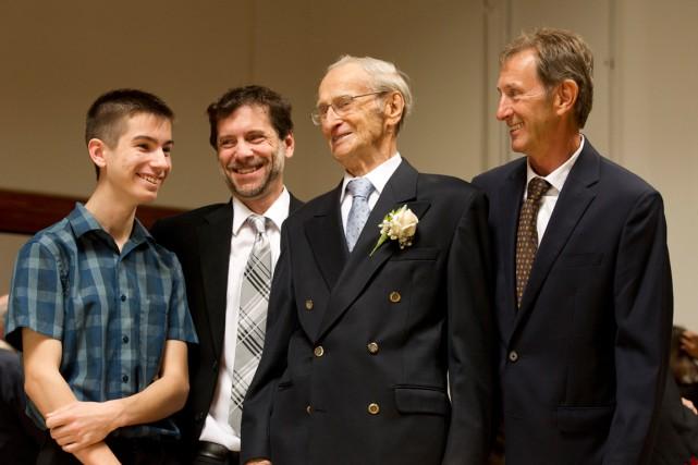 Joffre Bélanger en compagnie de son arrière-petit-fils, Éric,... (Martin Roy, LeDroit)