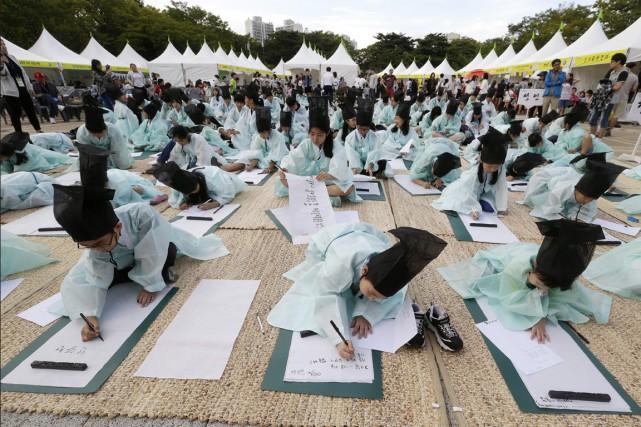 Des élèves du primaire, vêtus de costumes sud-coréens... (PHOTO AHN YOUNG-JOON, ARCHIVES AP)