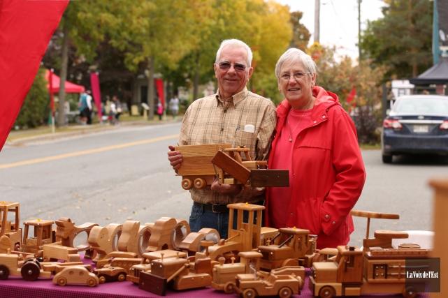 Alan et DianeWebbfaçonnent ensemble des objets en bois... (Catherine Trudeau, La Voix de l'Est)