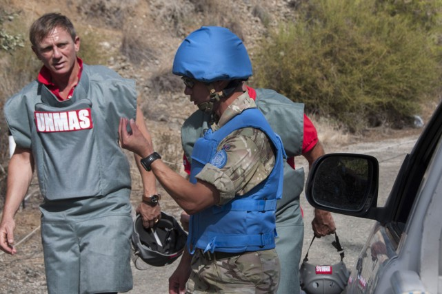 Daniel Craig (à gauche) discute avec un membre... (PHOTO AFP)