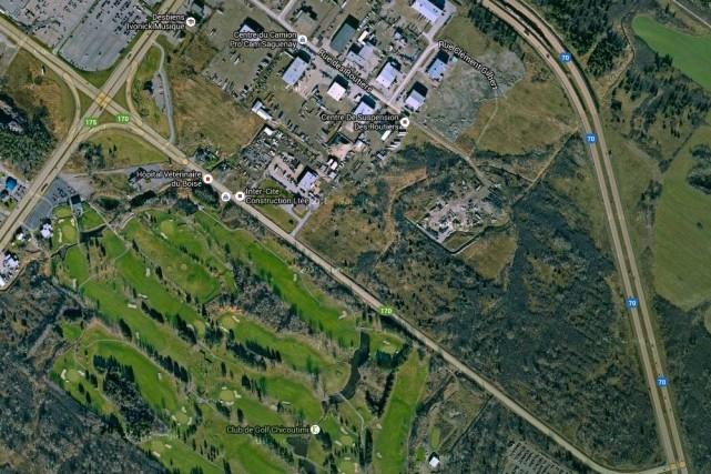 C'est le terrain qui forme une pointe entre... (Photo tirée de Google Maps)