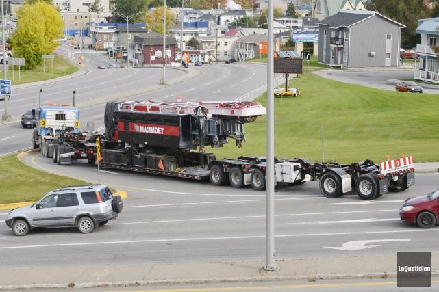 Le camion a finalement pu reprendre la route... (Photo Le Quotidien, Jeannot Lévesque)