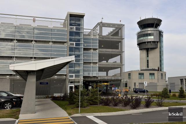 La tour de contrôle de l'aéroport international Jean-Lesage... (Le Soleil, Patrice Laroche)