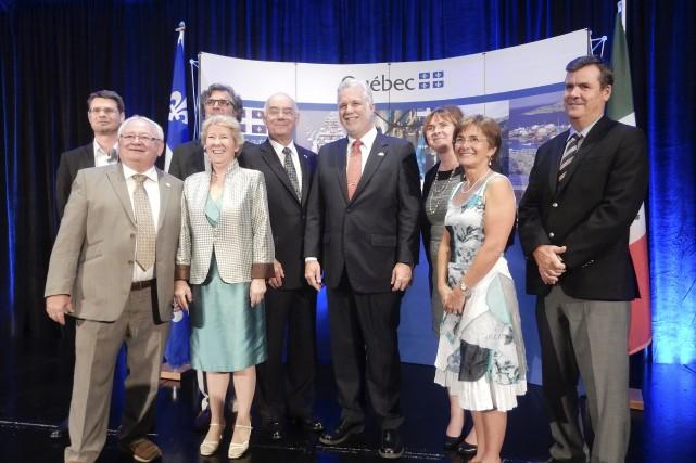 Philippe Couillard avec la délégation du Saguenay-Lac-Saint-Jean présente... (Photo courtoisie)