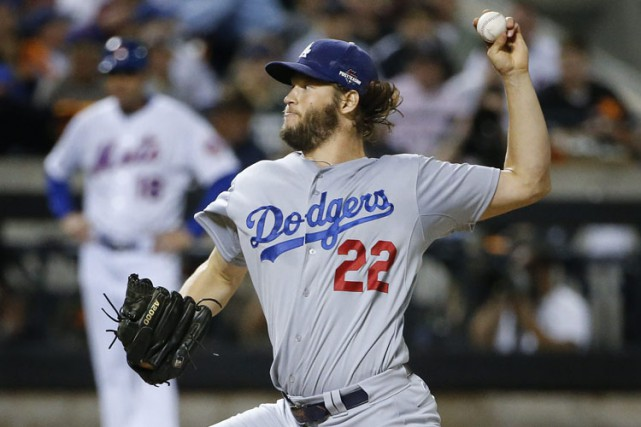 L'as lanceur des Dodgers Clayton Kershaw n'a accordé que... (PHOTO AP)