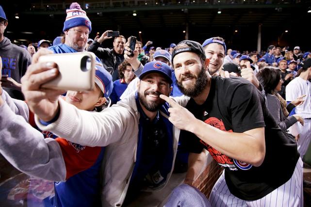 Le lanceur des Cubs Jake Arrietta (à droite)... (AP, Nam Y. Huh)