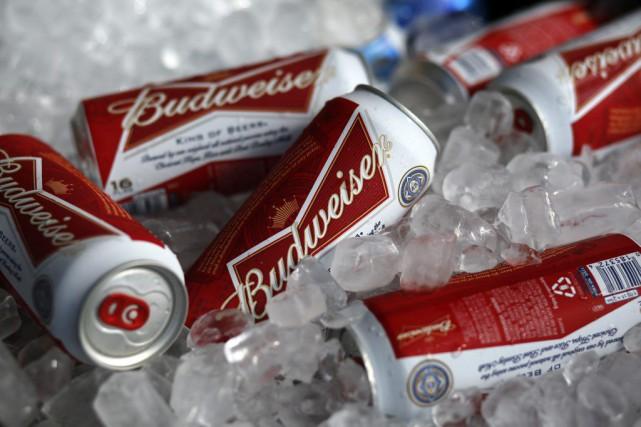 Les deux plus grands brasseurs de bière au monde ont accepté, mardi, d'unir... (Archives, Associated Press)