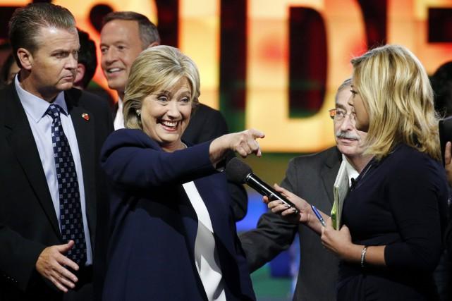 L'ex-secrétaire d'État salue un partisan à la fin... (PHOTO JOHN LOCHER, AP)