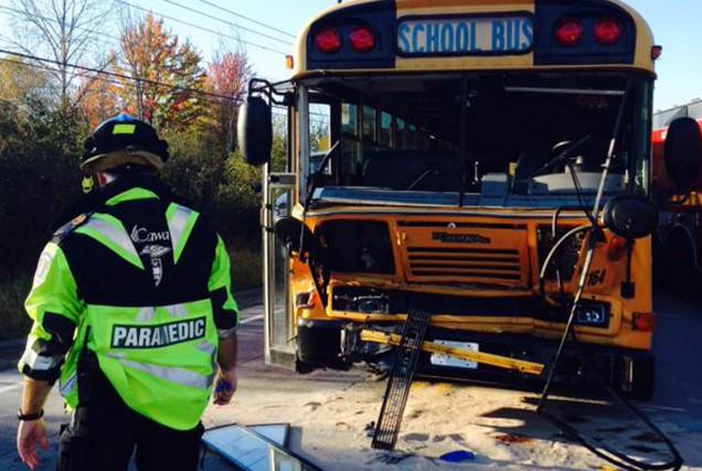 Une dizaine d'élèves ont été blessés, mardi, lorsque l'autobus dans lequel ils... (Courtoisie)