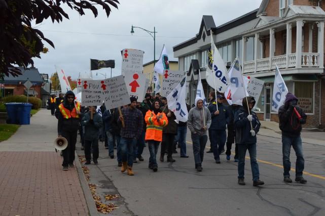Une centaine de travailleurs affiliés à la FTQ-Construction... (Louis Potvin)