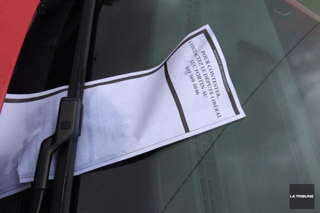 Plusieurs automobilistes de la région ont vu apparaître sur leur pare-brise un... (La Tribune, Claude Plante)