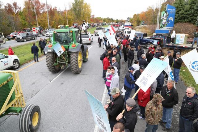 Plusieurs centaines de producteurs laitiers ont manifesté mercredi... (Janick Marois)