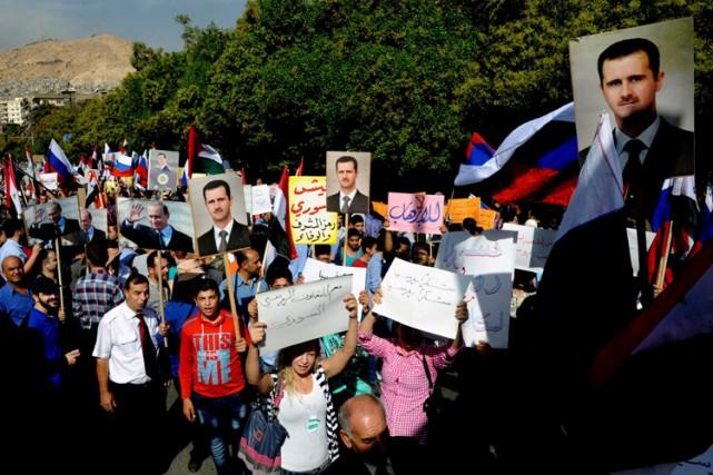 Des Syriens pro-régime ont manifesté leur soutien à... (PHOTO AP)