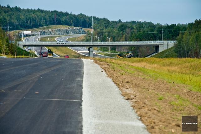 Le nouveau tronçon de l'autoroute 410 devrait être... (Archives La Tribune, Jessica Garneau)