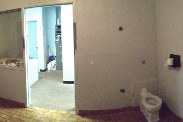 La cloison qui cachait la toilette dans cette...