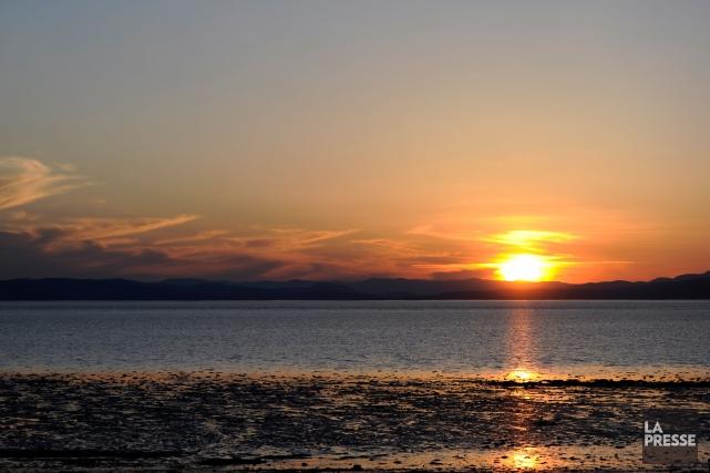 Coucher de soleil sur le fleuve Saint-Laurent, aux... (PHOTO BERNARD BRAULT, ARCHIVES LA PRESSE)
