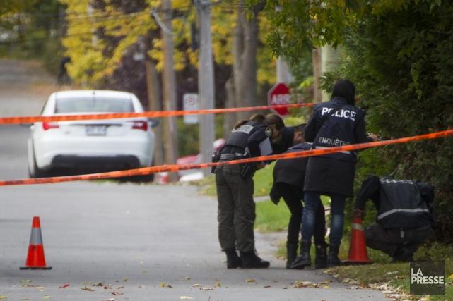 Des policiers examinent la scène de crime.... (Ivanoh Demers, La Presse)
