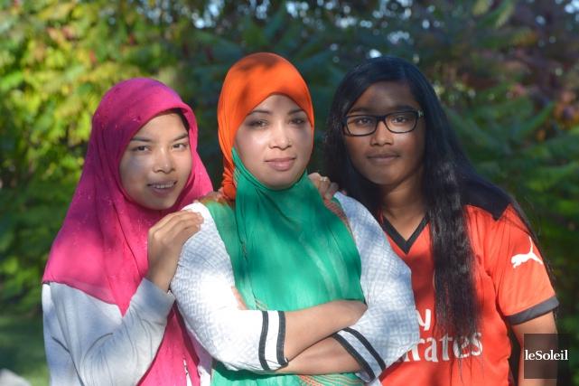 Rahima Begum, entourée de ses filles Roksana (à... (Le Soleil, Jean-Marie Villeneuve)