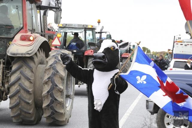 Des centaines de producteurs laitiers se sont mobilisés,... (Janick Marois, La Voix de l'Est)