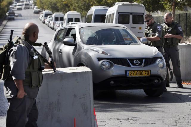 Les policiers et les gardes-frontières israéliens scrutaient attentivement... (PHOTO THOMAS COEX, AFP)