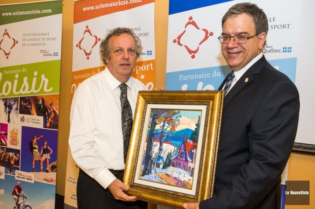 Michel Bournival (à gauche) a reçu son prix... (Photo: Olivier Croteau, Le Nouvelliste)