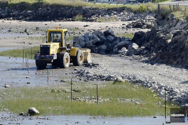 L'enrochement demeure une pratique utilisée sur les rives... (Archives Le Quotidien)