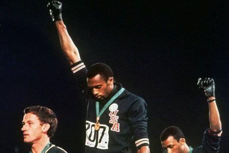1968 - Sur le podium aux Jeux olympiques de Mexico, pendant l'hymne national,... (Photo: AP)