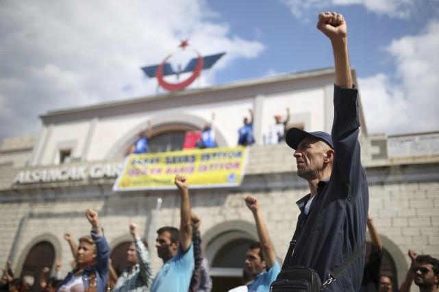 Des Turcs scandent des slogans pour dénoncer la... (PHOTO EMRE TAZEGUL, AP)