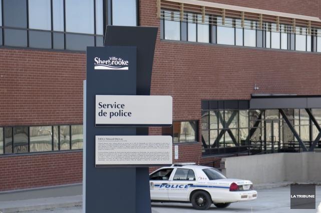 La policière du Service de police de Sherbrooke Caroline Landry demande un... (Archives La Tribune, René Marquis)
