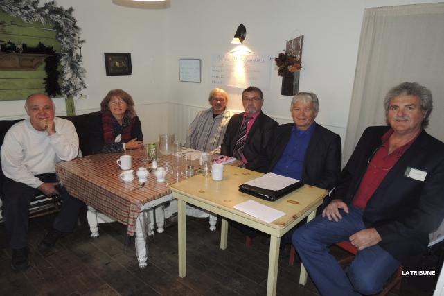 Les six représentants de la Coalition des citoyens... (La Tribune, Ronald Martel)