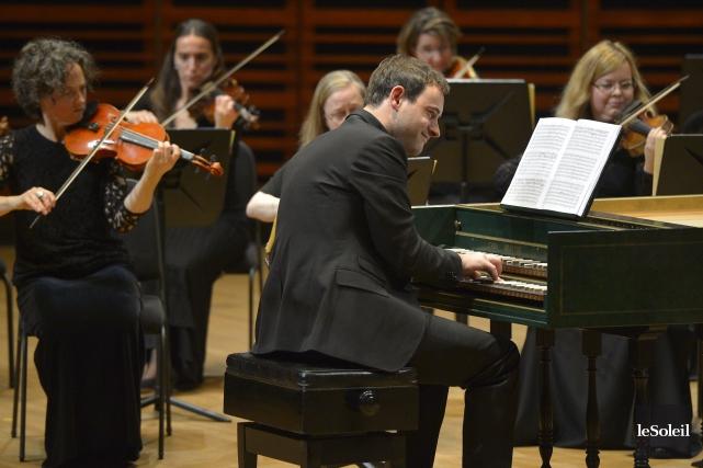 Assis au clavecin, dos au public, Jonathan Cohencherche... (Le Soleil, Yan Doublet)