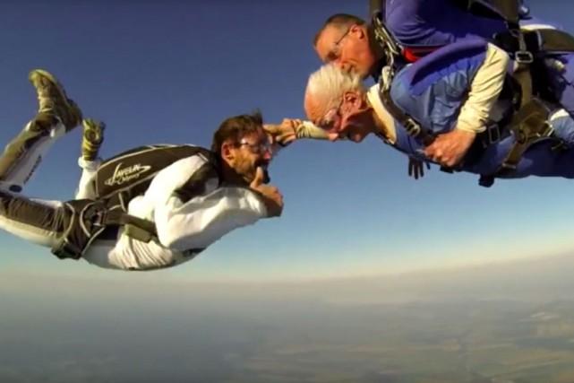 L'acteur et réalisateur Guillaume Lemay-Thivierge a aidé un homme âgé de 101... (PHOTO TIRÉE DE YOUTUBE)